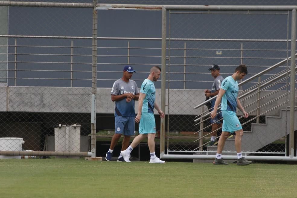 Enio Oliveira, auxiliar da preparação de goleiros, com Paulo Victor e Julio César — Foto: Eduardo Moura