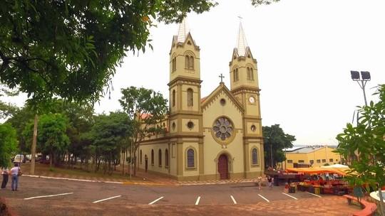 Sino de igreja que toca a cada meia hora gera polêmica na cidade