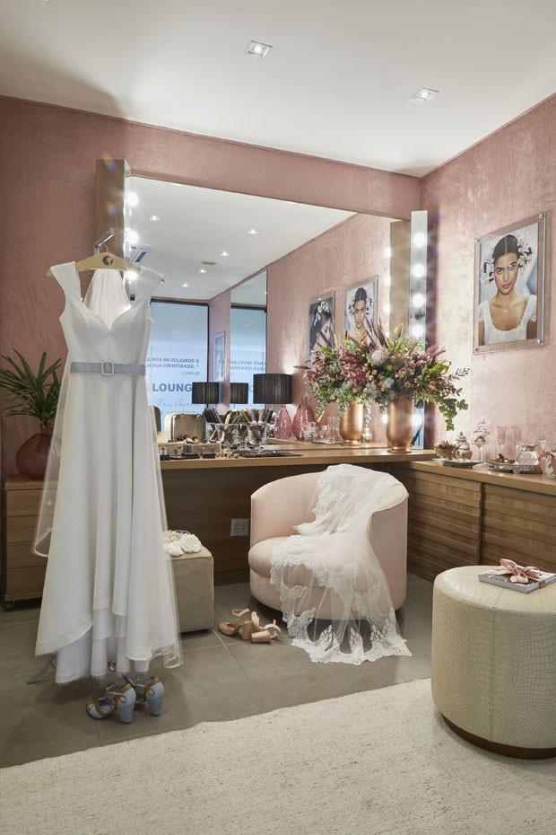 Rosê e marrom decoram nova sala de noivas de Celso Kamura (Foto: Tiago Farina)