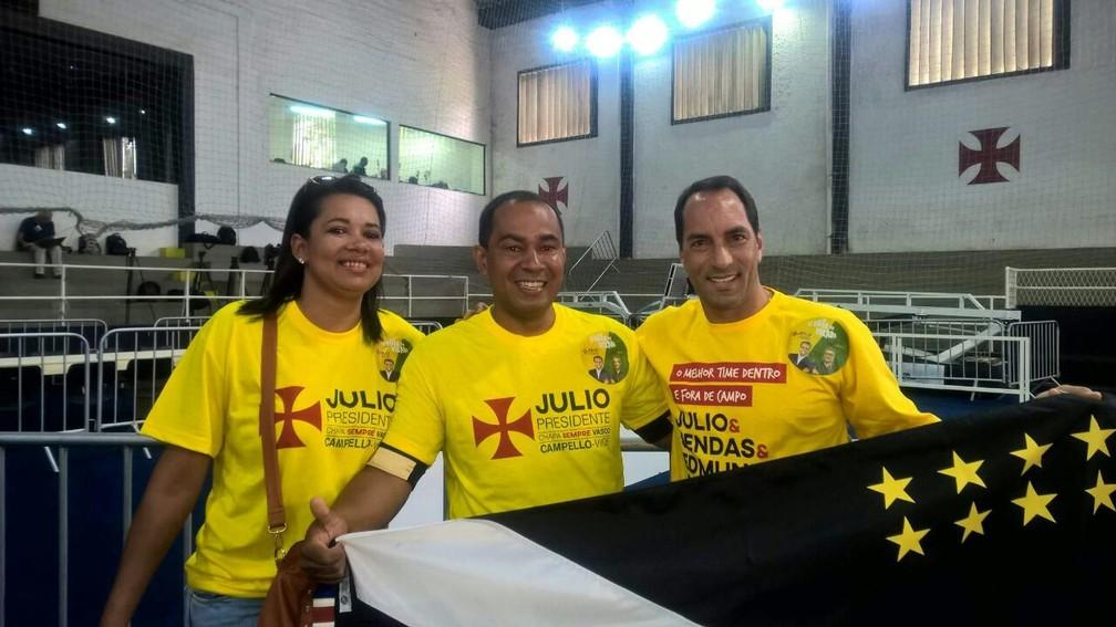 Jonata Silva e sua esposa, Kátia Nascimento, posam para foto ao lado do ídolo Edmundo (Foto: Arquivo pessoa / Jonata Silva)