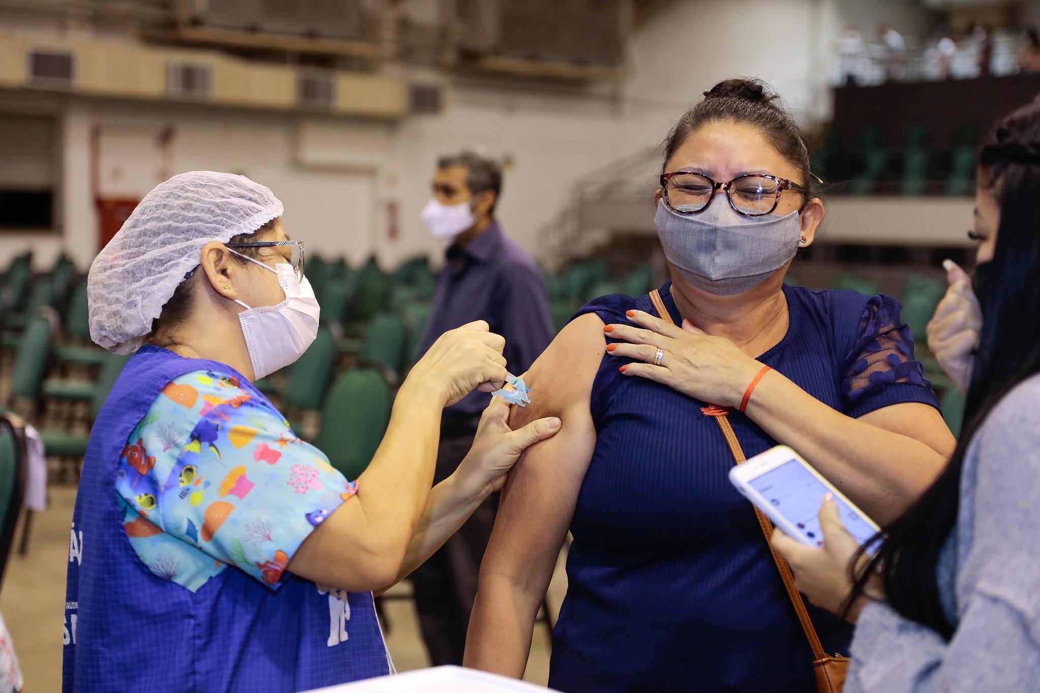 Covid: Manaus vacina pessoas de 12 anos ou mais em 40 pontos de imunização