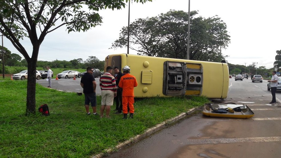 Ônibus tomba após se envolver em acidente com outro veículo na L4 Sul (Foto: Corpo de Bombeiros/Divulgação)