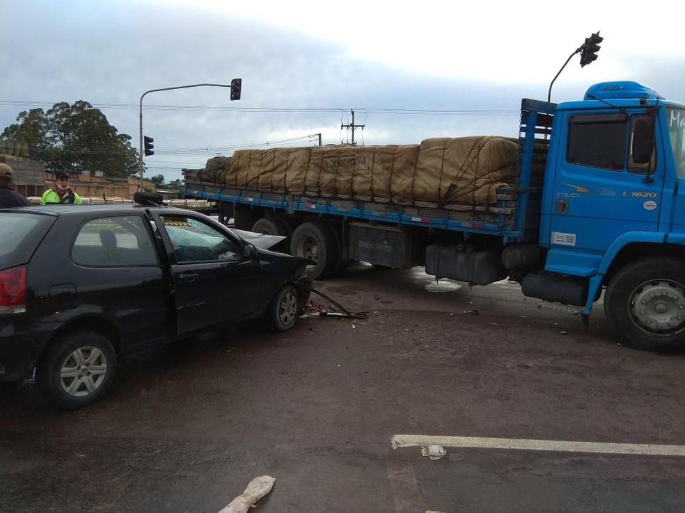 Acidente aconteceu na manhã deste domingo (22), em Fazenda Rio Grande (Foto: Divulgação/PRF)