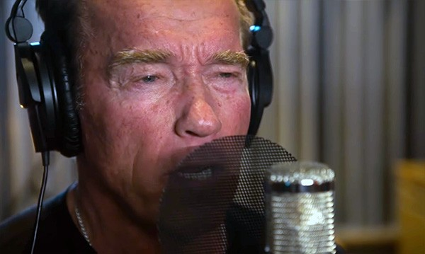 "Arnold Schwarzenegger no videoclipe de ""Pump It Up - The Motivation Song"", do cantor Andreas Gabalier (Foto: YouTube)"