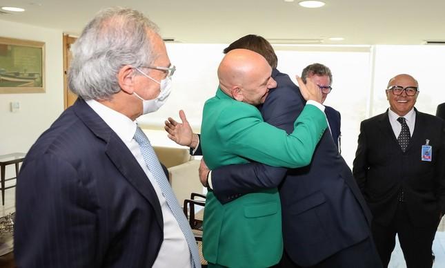 O presidente Jair Bolsonaro abraça o empresário Luciano Hang