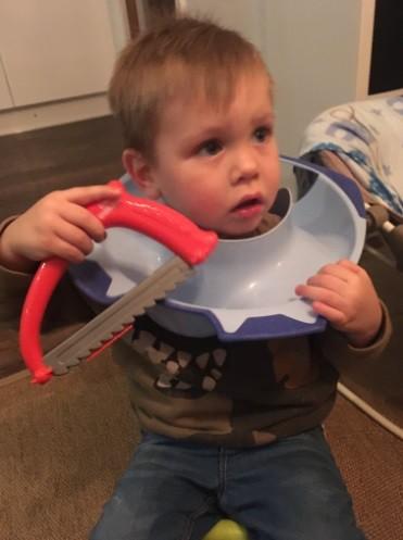 O menino tentou se salvar sozinho com uma serra de brinquedo (Foto: Reprodução/ Twitter)