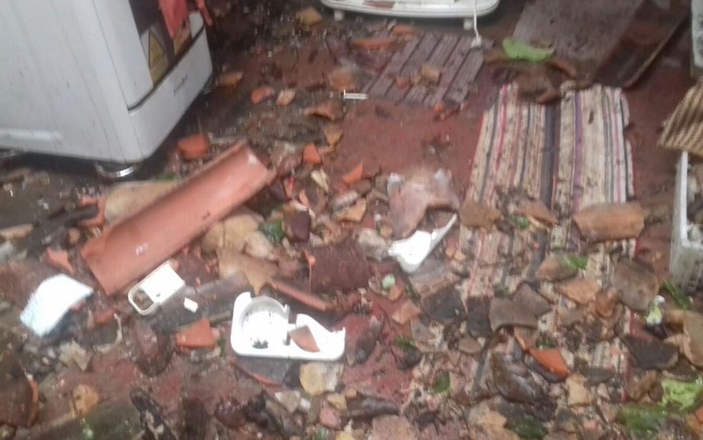Telhado de casa foi derrubado com queda de árvore (Foto: Defesa Civil/ Divulgação)