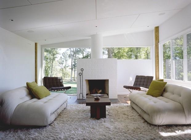 Na sala da lareira, poltronas Barcelona, de Mies van der Rohe (Foto: Reprodução Domus )