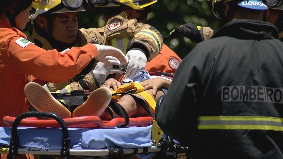 Criança é resgatada pelo Corpo de Bombeiros no Lago Sul — Foto: TV Globo/Reprodução