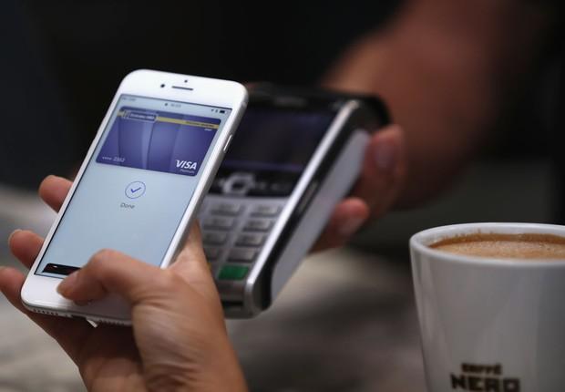 Usuária utiliza Apple Pay em shopping em Dubai (Foto: Francois Nel/Getty Images)