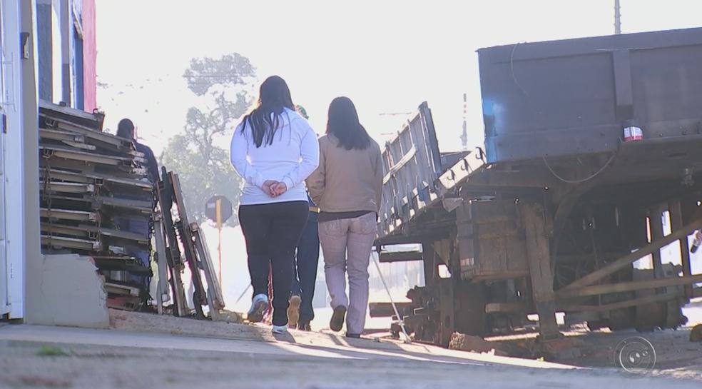 Deficientes visuais enfrentam dificuldades para caminhar em calçadas de Itapetininga (Foto: Reprodução/TV TEM)