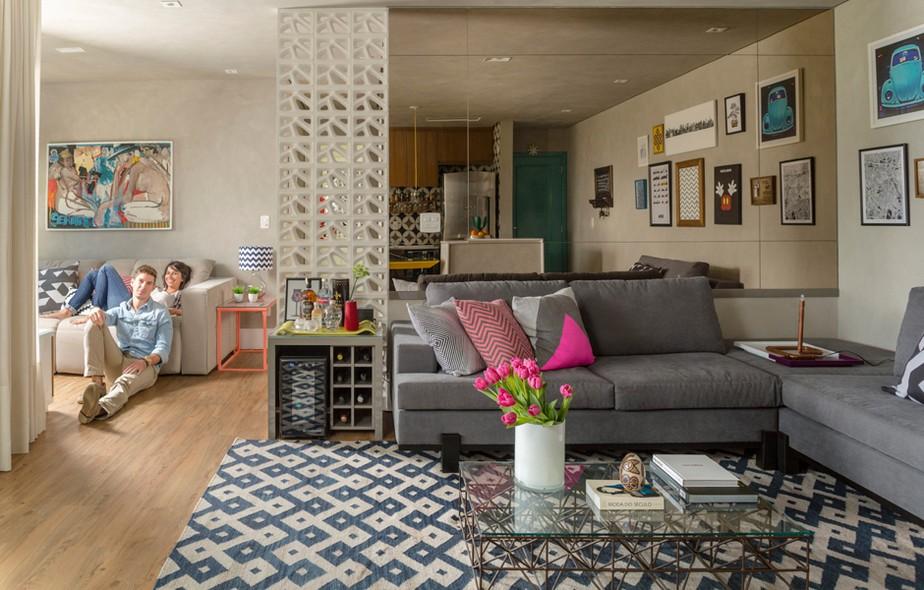 Na sala de estar, o sofá em L, da Breton Actual, tem um apoio lateral. Almofadas, da Tri.Co Decor. Tapete, da By Kamy. Mesa de centro, da Decameron. Apartamento de Rhebeka Grippa e Edson Grippa, projetado pela arquiteta Gabriela Marques