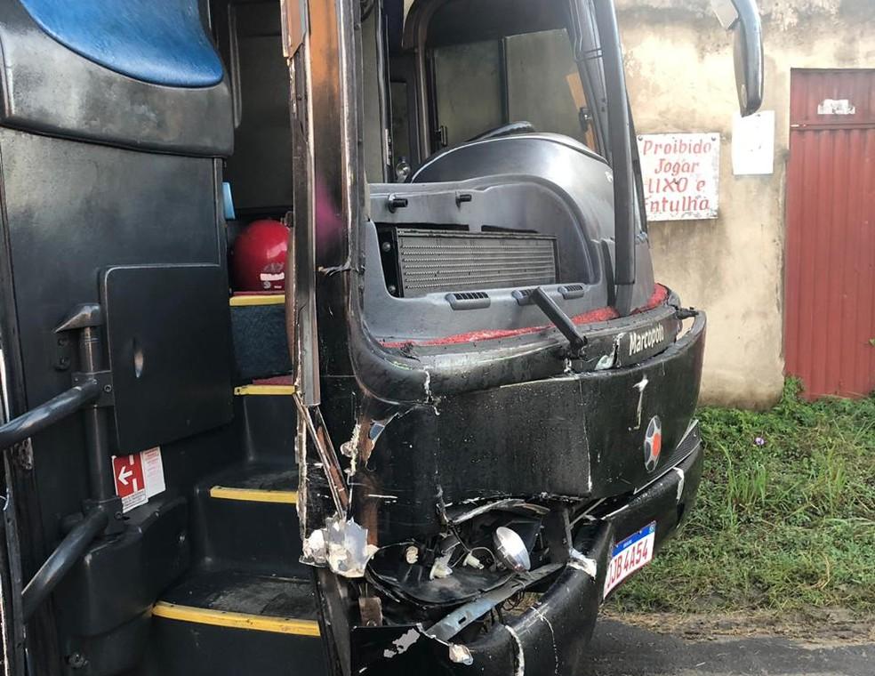 Ônibus do cantor Sinho Ferrary bateu em vaca na Bahia — Foto: Divulgação