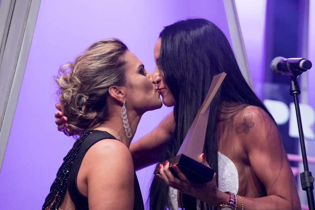 Marcia Imperator cumprimenta Elisa Sanches após entregá-la o troféu de Melhor Atriz Hétero no Prêmio Sexy Hot 2018 ? Foto: Celso Tavares/G1
