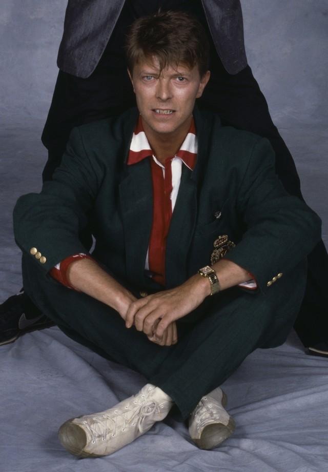 O look náutico, combinado com tênis em modelo Converse, nos anos 80. (Foto: Getty Images)