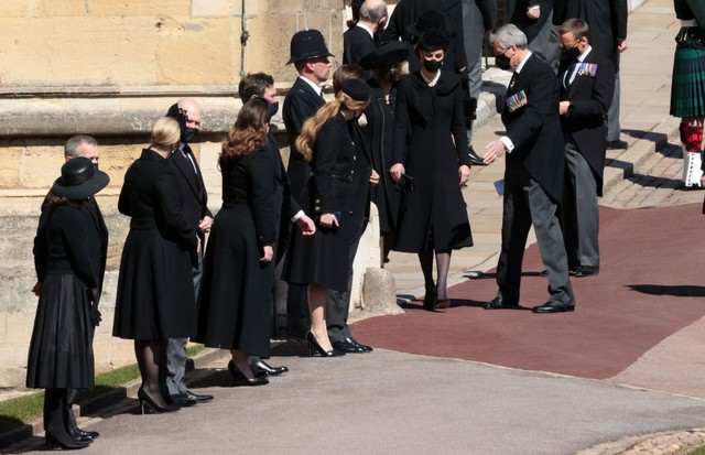 WINDSOR, ENGLAND - APRIL 17: Zara Tindall, Mike Tindall, Princess Eugenie,  Jack Brooksbank, Princess Beatrice,  Edoardo Mapelli Mozzi, Catherine, Duchess of Cambridge and Camilla, Duchess of Cornwall during the funeral of Prince Philip, Duke of Edinburgh (Foto: Getty Images)