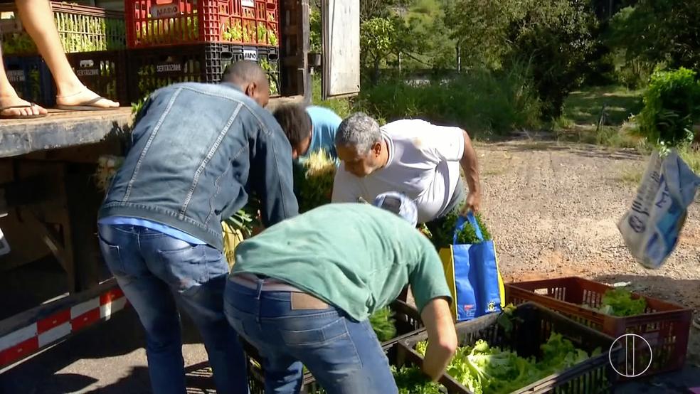 Caminhoneiros distribuíram verduras nesta quarta-feira (23) na RJ-130, em Nova Friburgo (Foto: Reprodução/Inter TV)