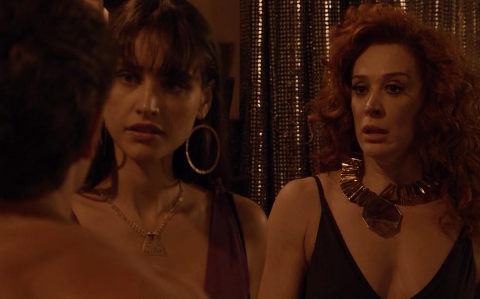 Gisela (Débora Nascimento) fica boba com atitude de Patrick (Klebber Toledo), em 'Verão 90' — Foto: TV Globo