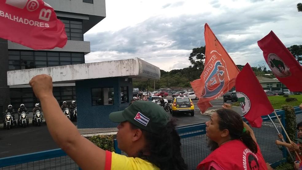 Apoiadores saudaram Lula na chegada à Superindência da PF  — Foto: Andrei Cunico/RPC