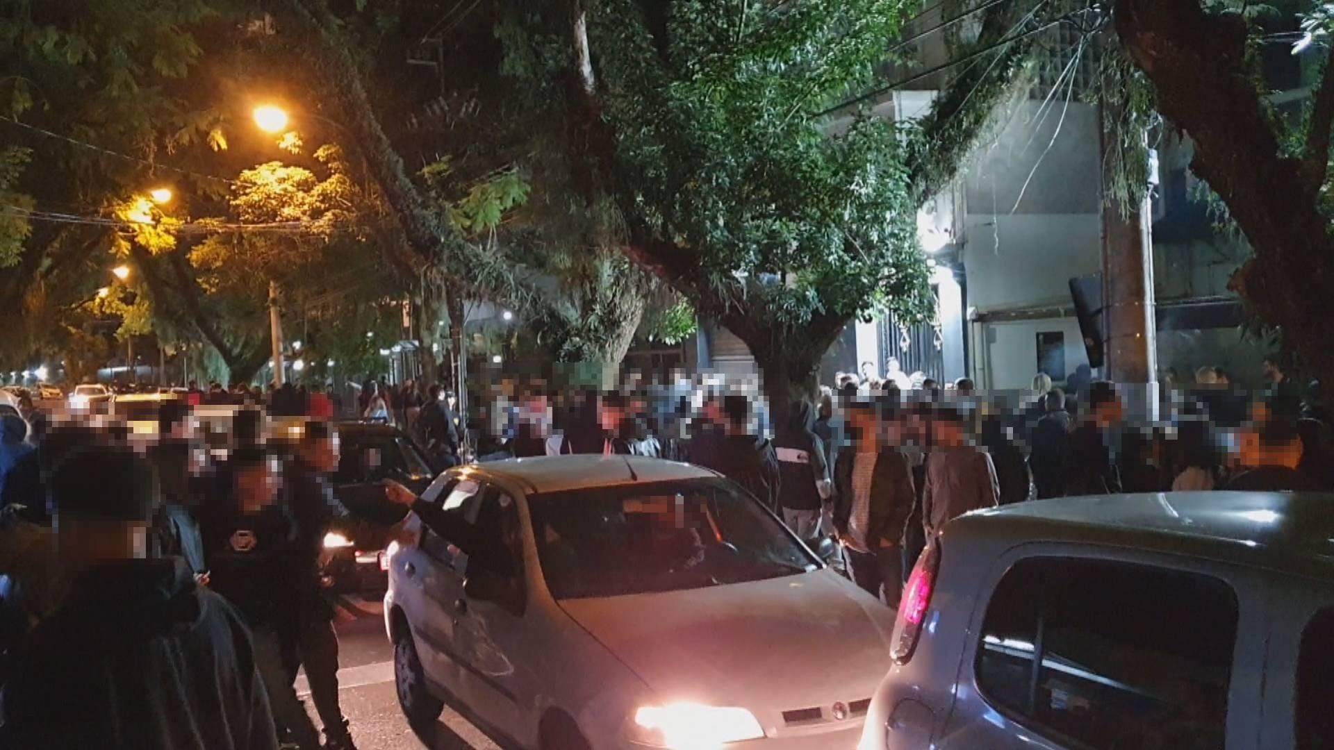 Operação dispersa aglomerações com cerca de 2 mil pessoas no entorno da Rua Padre Chagas, em Porto Alegre