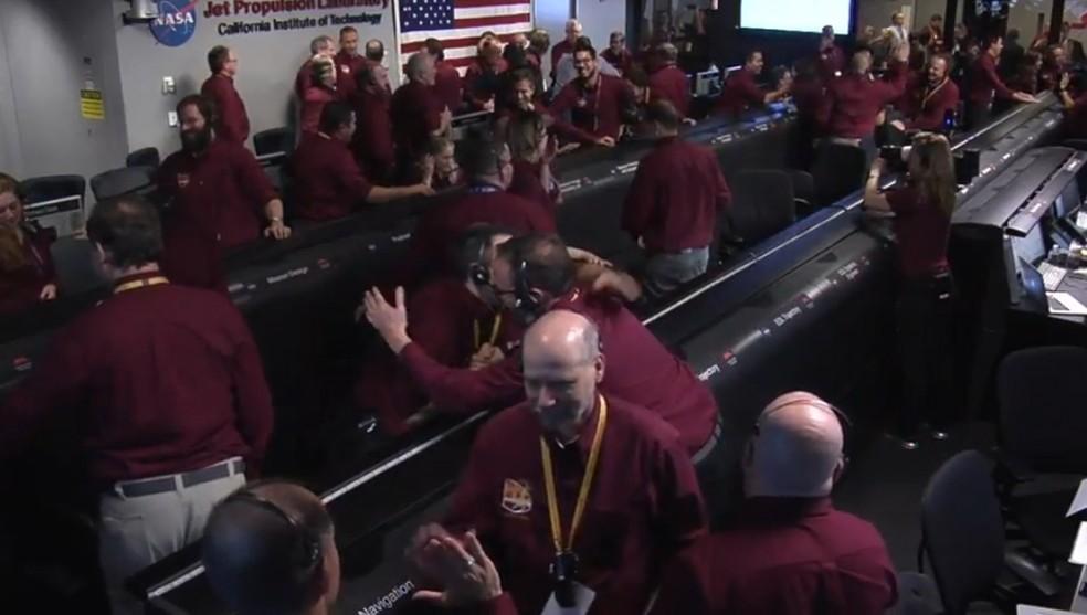 Cientistas da Nasa comemoram pouso de sonda em Marte — Foto: Nasa
