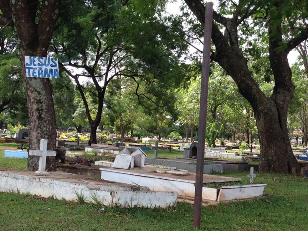 Túmulos no cemitério de Taguatinga (Foto: Gabriel Luiz/G1)