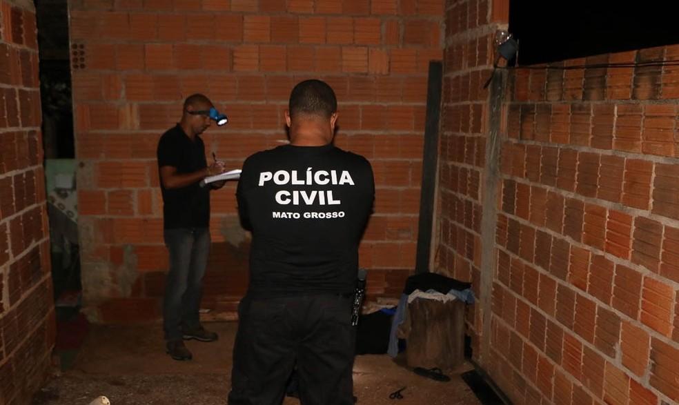 Perícia foi realizada no local do crime — Foto: Cáceres Notícias