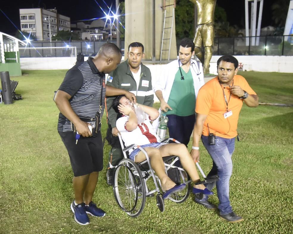 Mulher passa mal e é atendida em São Januário após confusão  — Foto: André Durão