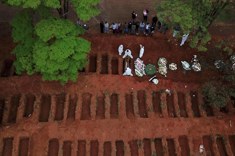16 de julho de 2020: coveiros com roupas de proteção enterram caixão no cemitério da Vila Formosa, em São Paulo, durante a pandemia do novo coronavírus (COVID-19) no Brasil — Foto: Amanda Perobelli/Reuters