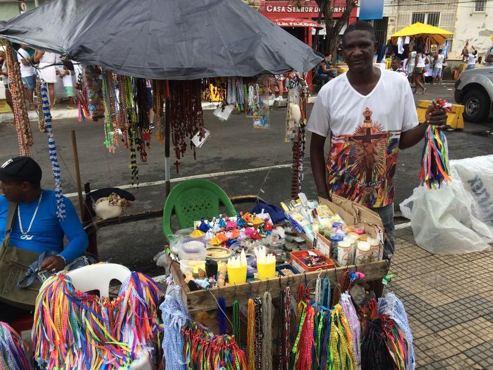 Nilton é vendedor de fitinhas do Bonfim e conhece muitas histórias de fé e devoção ao santo (Foto: Itana Alencar/ G1)