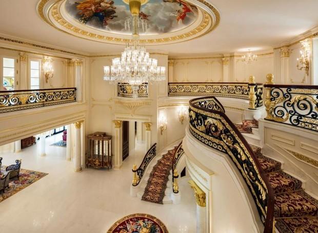 O lustre de cristal austríaco do hall de entrada possui mais de 100 anos. No teto, uma pintura barroca constitui as obras de are da propriedade (Foto: Top Ten Real Estate Deals/ Reprodução)