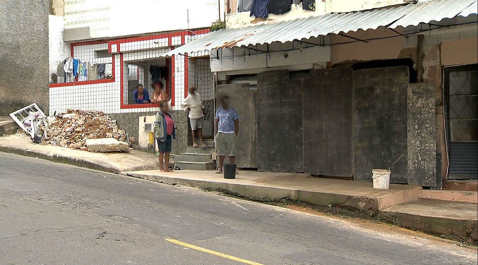 Reparos já começaram no local onde carro atropelou idosa e atingiu imóvel no Bairro Bom Pastor, em Juiz de Fora (Foto: Reprodução/TV Integração)