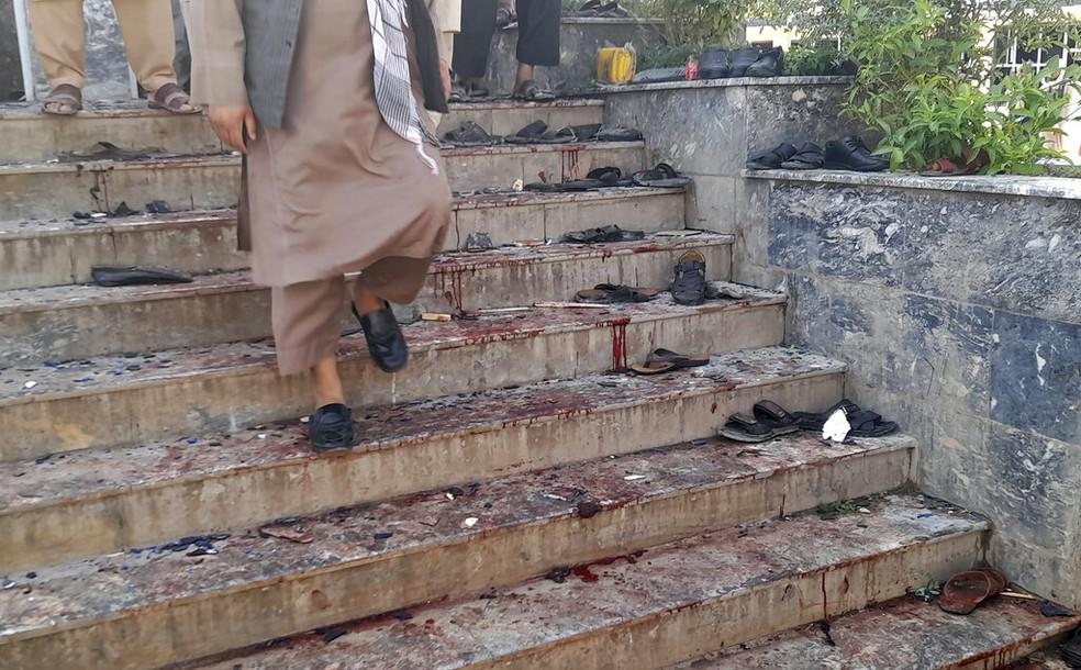 Escada de mesquita xiita na cidade de Kunduz, no Afeganistão, após uma explosão, no dia 8 de outubro de 2021 — Foto: Abdullah Sahil/AP