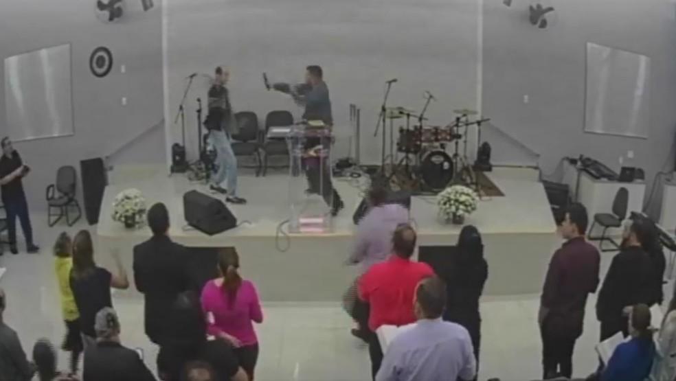 Homem com faca quase esfaqueia pastor em igreja de Tatuí (SP) (Foto: Reprodução/Facebook)