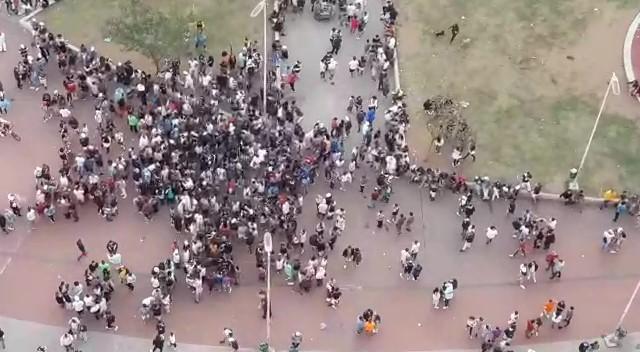 Jovens se aglomeram sem máscara na Praça Roosevelt, no Centro de São Paulo