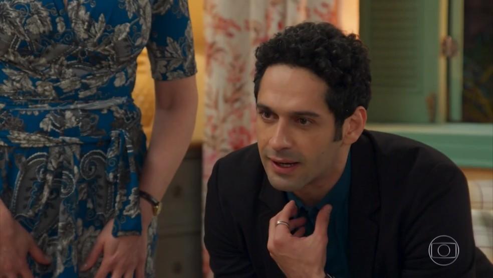 Beto (João Baldasserini) convida Tancinha (Mariana Ximenes) para viajar - 'Haja Coração' — Foto: Globo