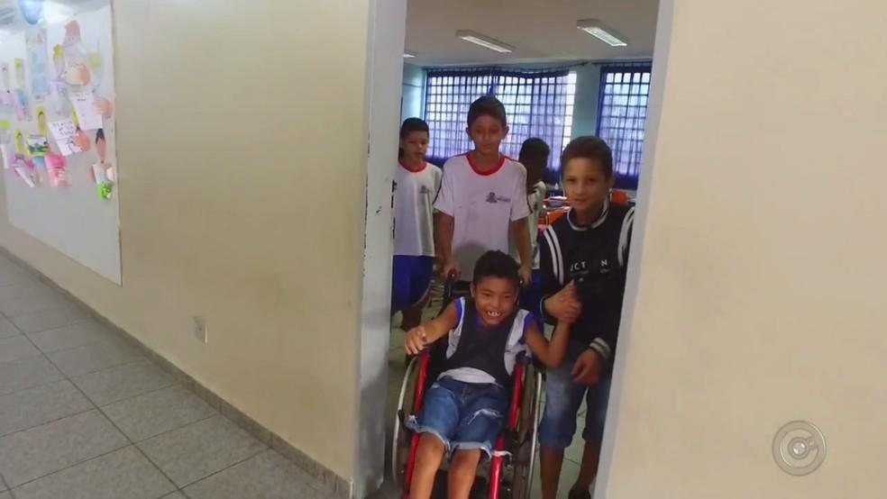 Colegas de sala de aula ensinam e cuidam de Kauã, que tem paralisia cerebral (Foto: Reprodução/TV TEM)