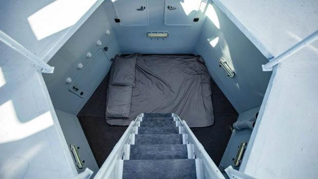 Quarto da tiny house lembra compartimento de nave espacial (Foto: Divulgação / Zillow)