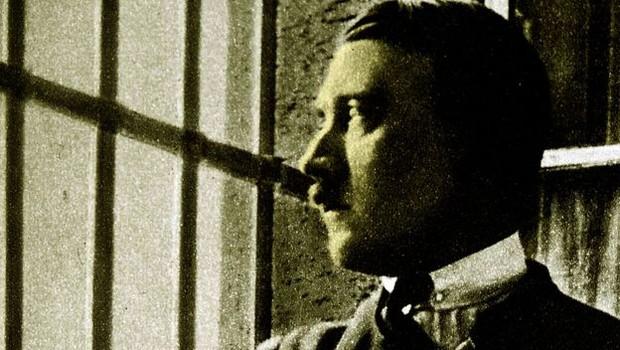 Nesta rara fotografia, Adolf Hitler aparece em sua cela na prisão de Landsberg, quando ainda era um preso político sem importância (Foto: Getty Images via BBC)