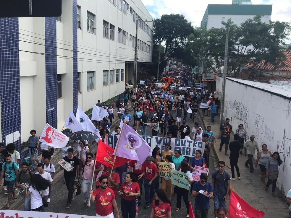TERESINA, 10h00: manifestantes fazem ato no Centro de Teresina.  — Foto: Lorena Linhares/G1