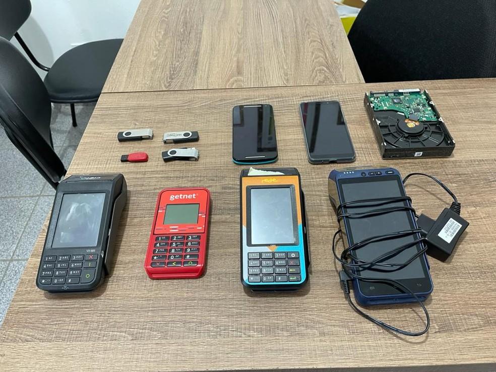 Máquinas de cartão, pen drive e celulares foram apreendidos durante operação — Foto: Divulgação/Polícia Federal