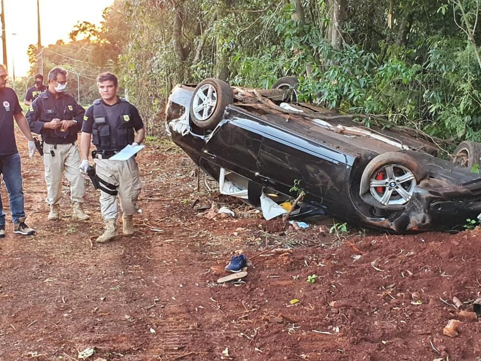 Carro parou fora da pista após capotar, segundo a polícia — Foto: Vinicius Machado/RPC Foz do Iguaçu