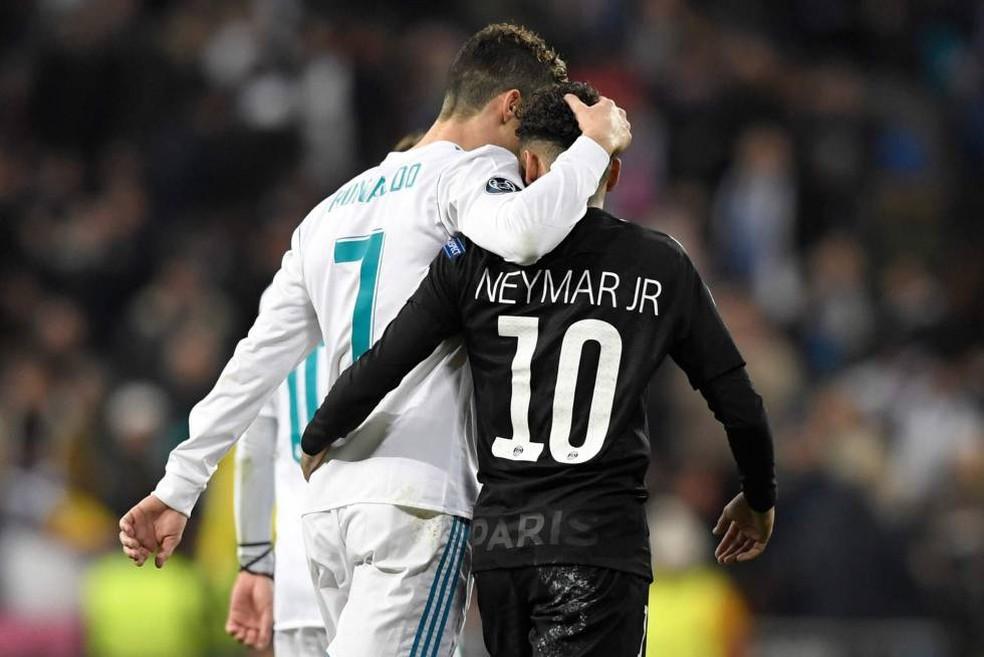 Neymar e Cristiano Ronaldo se abraçam — Foto: AFP