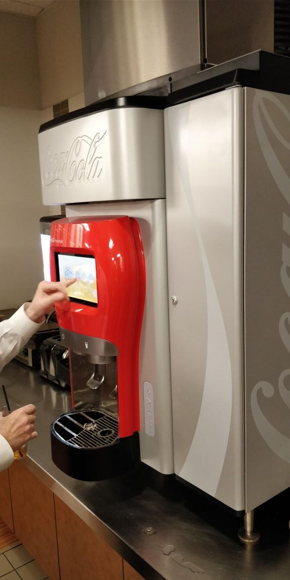 Máquina permite que consumidores criem sua própria bebida combinando centenas de ingredientes, e envia estatísticas para servidor. (Foto: Fabrício Vitorino/Globo.com)