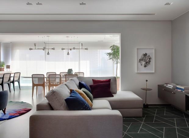 Com a retirada da esquadria e o nivelamento entre os pisos da varanda, da sala e da cozinha, a área social ganhou integração (Foto: Marco Antônio/Divulgação)