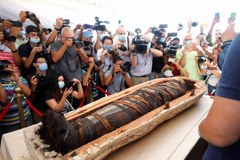 Sarcófago com cerca de 2,5 mil anos é exibido no sítio arqueológico de Saqqara, no Egito — Foto: Mohamed Abd El Ghany/Reuters