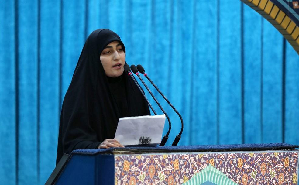 Zeinab Soleimani, filha do general iraniano Qassem Soleimani, fala durante funeral do seu pai na Universidade de Teerã, capital do Irã, nesta segunda-feira (6)  — Foto: Escritório de Ali Khamenei/ AFP