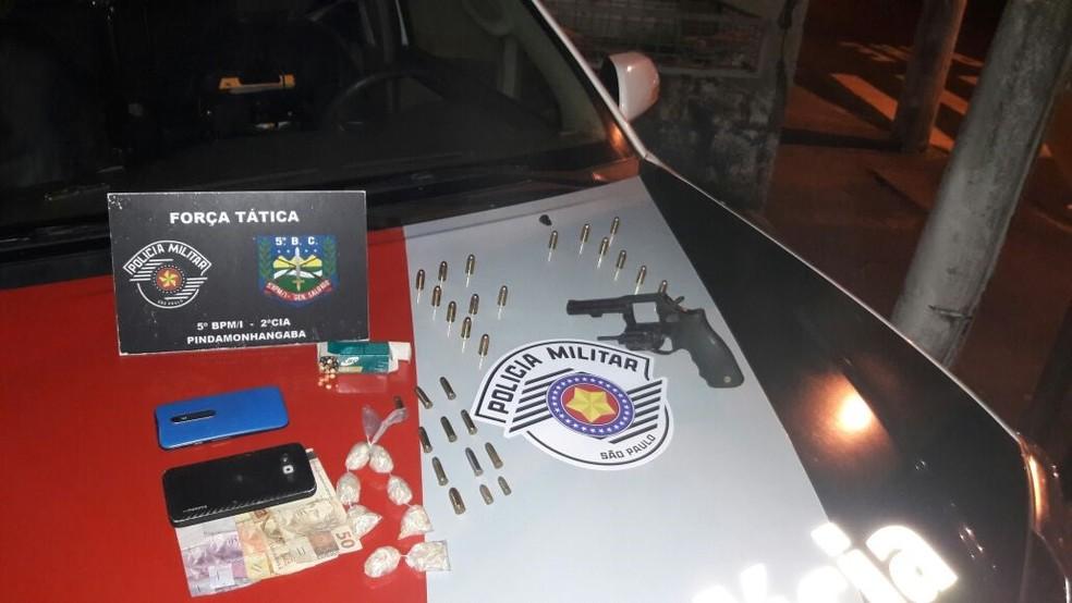 Polícia apreendeu arma, munições e droga (Foto: Divulgação/Polícia Civil)