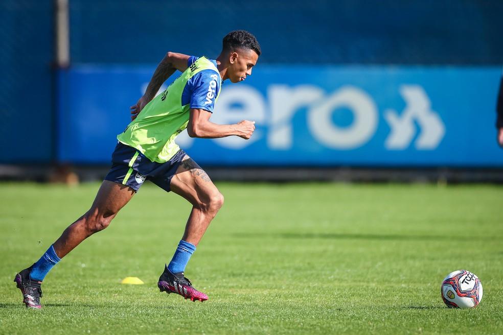 Fernando Henrique treina pelo Grêmio e pode aparecer no time contra o Santa Cruz — Foto: Lucas Uebel/DVG/Grêmio