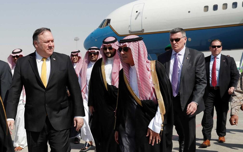 O secretário de Estado, Mike Pompeo, caminha com o ministro das Relações Exteriores da Arábia Saudita, Adel al-Jubeir — Foto: Leah Millis / Pool / Reuters